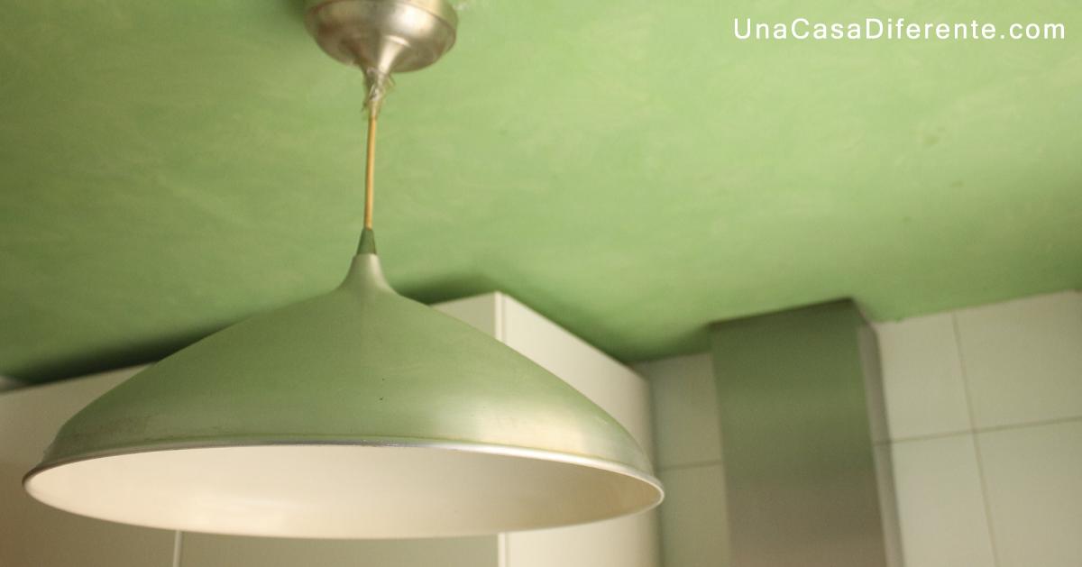 C mo pintar l mpara de metal con efecto envejecido una for Pintar techo cocina