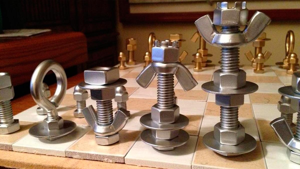 Piezas de ajedrez con tornillos y piezas de ferreteria